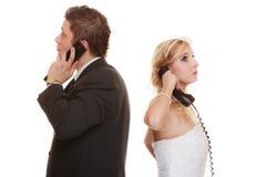 Verärgerte Frauenmänner, die an einander schreien Lizenzfreie Stockfotos