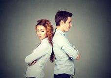 Verärgerte frustrierte junge Paare, die zurück zu Rückseite stehen Stockfotografie