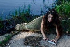 Verärgerte gefährliche Meerjungfrau, die Fische isst Stockbilder