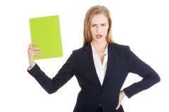 Verärgerte Geschäftsfrau, die eine Anmerkung hält stockfoto