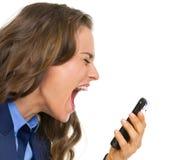 Verärgerte Geschäftsfrau, die im Handy schreit Lizenzfreie Stockbilder