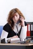 Verärgerte Geschäftsfrau am Telefon lizenzfreie stockbilder