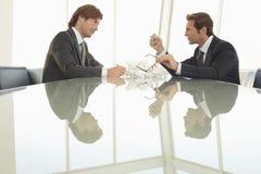 Verärgerte Geschäftsmänner am Konferenztische Lizenzfreies Stockbild
