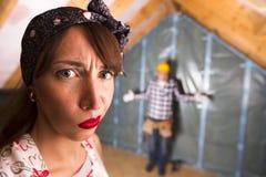 Verärgerte Hausfrau, die dem Heimwerker für Hausaufgaben Aufträge erteilt lizenzfreie stockfotos