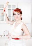 Verärgerte Hausfrau mit Nudelholz Lizenzfreie Stockbilder