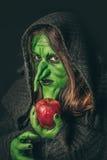 Verärgerte Hexe mit einem faulen Apfel Stockfoto