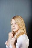 Verärgerte junge blonde Frau Lizenzfreie Stockfotos