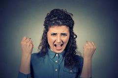 Verärgerte junge Frau, die den schreienden Nervenzusammenbruch hat Stockfotos
