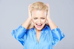 Verärgerte junge Frau, die ihre Ohren schließt Lizenzfreies Stockbild