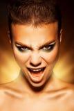 Verärgerte junge Frau, die Kamera und Schrei betrachtet Stockfotos