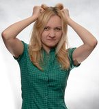 Verärgerte junge Frau im zufälligen grünen Hemd mit den Händen in den Haaren lizenzfreies stockfoto