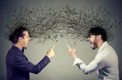 Verärgerte Männer, die an einander austauschend mit negativen Gedanken schreien stockfoto