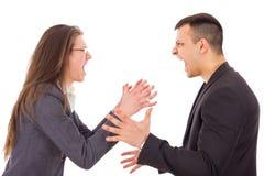 Verärgerte Paare, die an einander kämpfen und schreien Stockbild