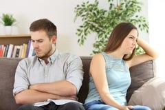 Verärgerte Paare, die sich ignorieren lizenzfreie stockbilder