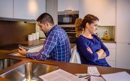 Verärgerte Paare, die zurück zu einander nach a sitzen Lizenzfreie Stockfotos