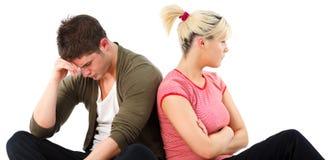 Verärgerte Paare gegen weißen Hintergrund Stockfoto