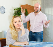 Verärgerte Paare während des Streites lizenzfreie stockfotos