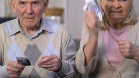 Verärgerte Pensionäre, die das letzte Geld, wütend an der Regierung für Sozialunsicherheit zählen stock video