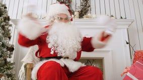 Verärgerte Santa Claus, die einen Brief liest und auseinander ihn zerreißt stockfotografie