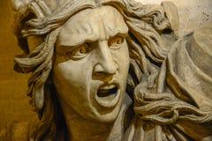 Verärgerte schreiende Manngesichtsstatue stockfotos