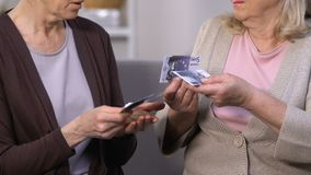 Verärgerte und traurige Frauen, die letzte Euros, Mangel an Finanzierung, kleine Pension, Budget zählen stock video