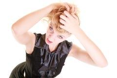 Verärgerte wütende Frau, die ihr unordentliches Haar zieht Stockbilder