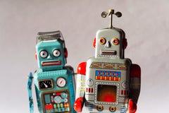 Verärgerte Weinlesezinn-Spielzeugroboter, künstliche Intelligenz, Roboterlieferungskonzept stockfotos