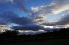Verärgerte Wolken an der Dämmerung Stockfotos