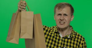 Verärgerter aggressiver Mann mit dem Einkaufstascheschreien Zwei in einem: 1 lizenzfreie stockbilder