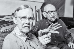 Verärgerter alter Mann und Frau Stockfoto