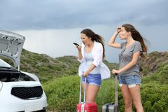 Verärgerter Autofahrer, der Versicherung nach Zusammenbruch nennt lizenzfreie stockfotos