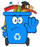 Verärgerter blauer Papierkorb-Karikatur-Maskottchen-Charakter voll mit dem Abfall, der Halt gestikuliert stock abbildung