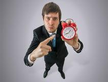 Verärgerter Chef zeigt Uhr Disziplin am Arbeitskonzept stockfotos
