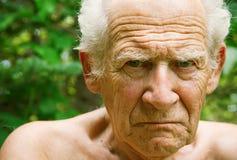 Verärgerter die Stirn runzelnder älterer Mann lizenzfreie stockfotografie