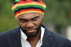 Verärgerter erwachsener schwarzer jamaikanischer Mann stockfotografie