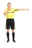 Verärgerter Fußballschiedsrichter, der eine Pfeife durchbrennt Lizenzfreies Stockfoto