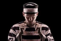 Verärgerter Gefangener mit Handschellen Stockfoto