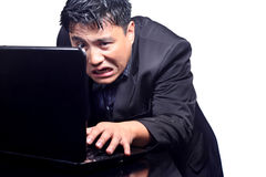 Verärgerter Geschäftsmann auf Telefonkonferenz stockbild