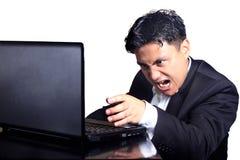 Verärgerter Geschäftsmann auf Telefonkonferenz stockfotos
