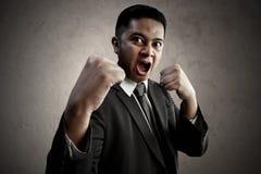 Verärgerter Geschäftsmann betriebsbereit zu kämpfen lizenzfreies stockfoto