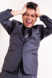 Verärgerter Geschäftsmann, der sein Haar zieht stockfoto