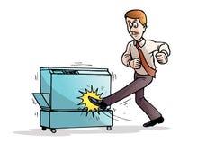 Verärgerter Geschäftsmann, der seine Fotokopiemaschine zerstört Lizenzfreie Stockbilder