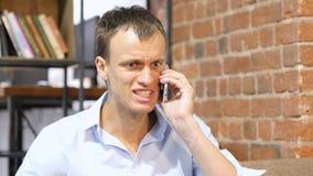 Verärgerter Geschäftsmann, der am Telefon spricht Umgekippter deprimierter Geschäftsmann Stockfotos