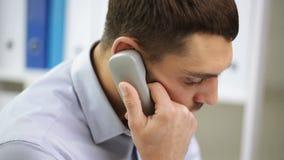 Verärgerter Geschäftsmann, der um Telefon im Büro ersucht stock video