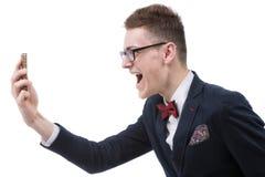 Verärgerter Geschäftsmann, der am Zellhandy, Porträt von y schreit Stockbilder
