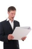 Verärgerter Geschäftsmann mit einem Dateifaltblatt in seinen Händen Stockbilder