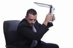 Verärgerter Geschäftsmann mit Laptop Stockfoto