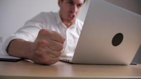 Verärgerter Geschäftsmann schlägt seine Faust auf dem Tisch Druck bei der Büro-Arbeit Der Chef zeigt Angriff stock video footage