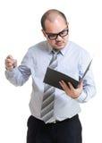Verärgerter Geschäftsmannblick auf Bericht Lizenzfreies Stockbild