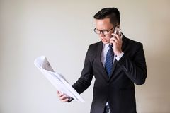 Verärgerter Geschäftsmannruf auf Mobile stockfoto